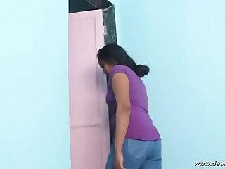 desimasala.co Bhabhi Romance with Plumber in Bathroom